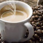 tasse à café sur des grains